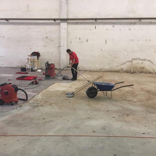 Vybourání staré průmyslové podlahy a aplikace cementové stěrky