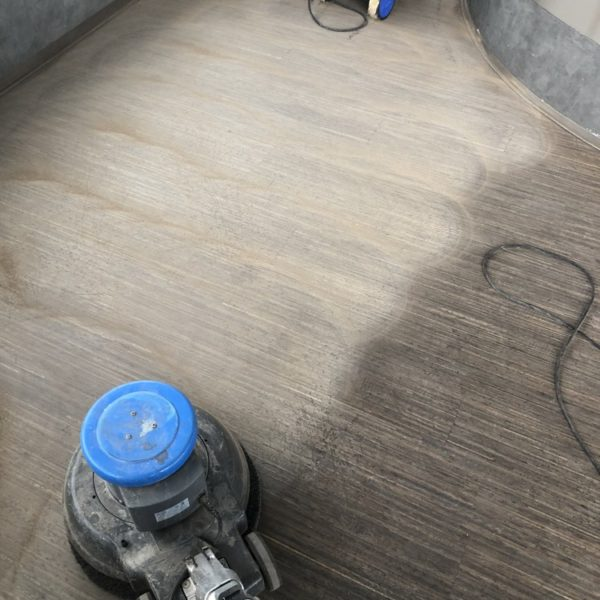 brouseni drevene podlahy