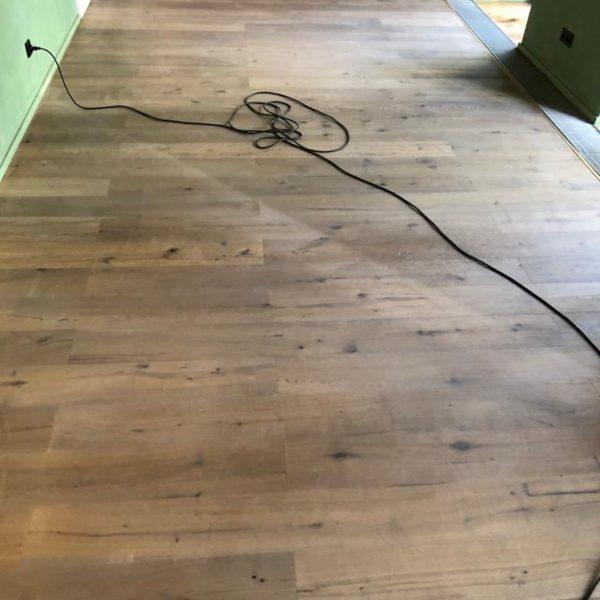 cisteni drevene podlahy restaurace