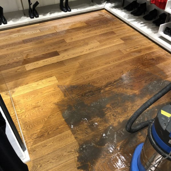 cisteni masivni drevene podlahy